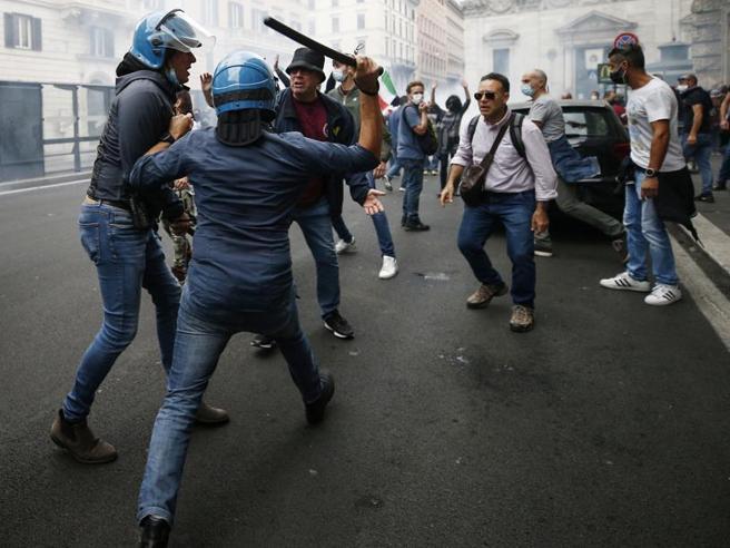 Manifestazione dei No Green pass: bombe carta contro Palazzo Chigi, occupata la sede della Cgil